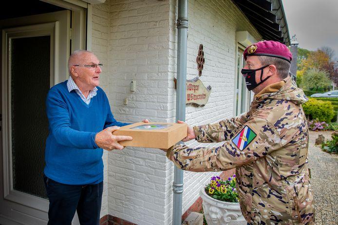 Veteraan Theo van Wegen (links) krijgt zijn lunchpakket.