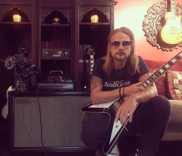 Gitarist Richard Faulkner poseert bij een gitaarcabinet van Bornemse makelij.