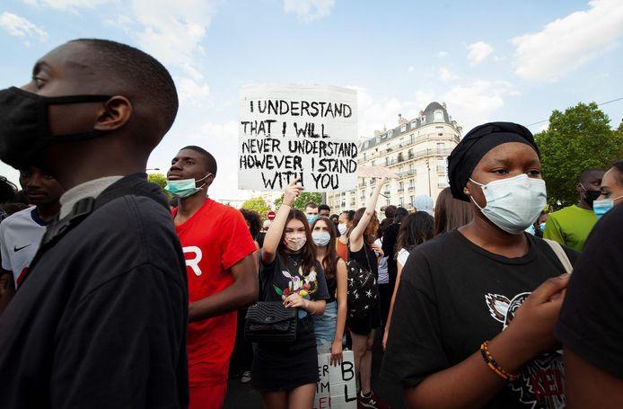 De demonstratie bij de rechtbank in Parijs.