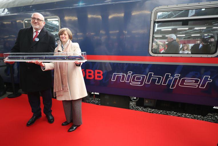 De nachttrein van de Oostenrijkse spoorwegmaatschappij ÖBB kwam vandaag om 10.55 uur aan de eindhalte Brussel-Zuid aan. ÖBB CEO Andreas Mattha and NMBS-SNCB CEO Sophie Dutordoir wachtten de trein samen op.