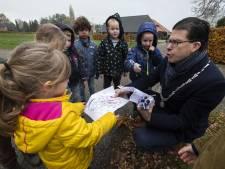 Sint werkt thuis; dus neemt 'burgemeester Joost' in Noordijk tekeningen in ontvangst