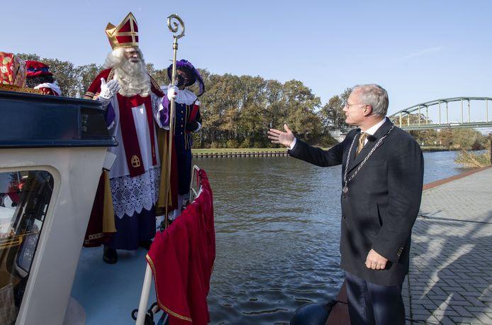 Burgemeester Arjen Gerritsen verwelkomt de Sint op de kade bij de containerterminal. Hoe dat ging, laat AAvisie vandaag zien in een speciaal Sinterklaasjournaal.