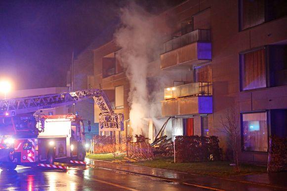 De brand ontstond na een explosie, vermoedelijk met buskruit.