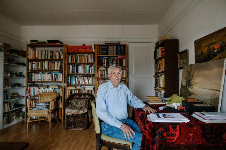 Piet Kuiper (81) in zijn driekamerwoning. 'Carla en ik hadden ergens anders kunnen gaan samenwonen, maar dat is nooit gebeurd.' Beeld Marc Driessen