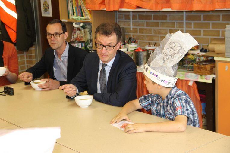 Lieven Boeve (midden) nam de tijd om een kop soep te drinken met de leerlingen.
