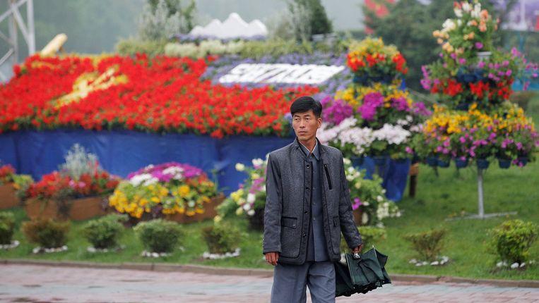 Een man loopt langs decoratie voor het Huis van Cultuur in Pyongyang, waar vrijdag het partijcongres plaatsvindt. Beeld reuters