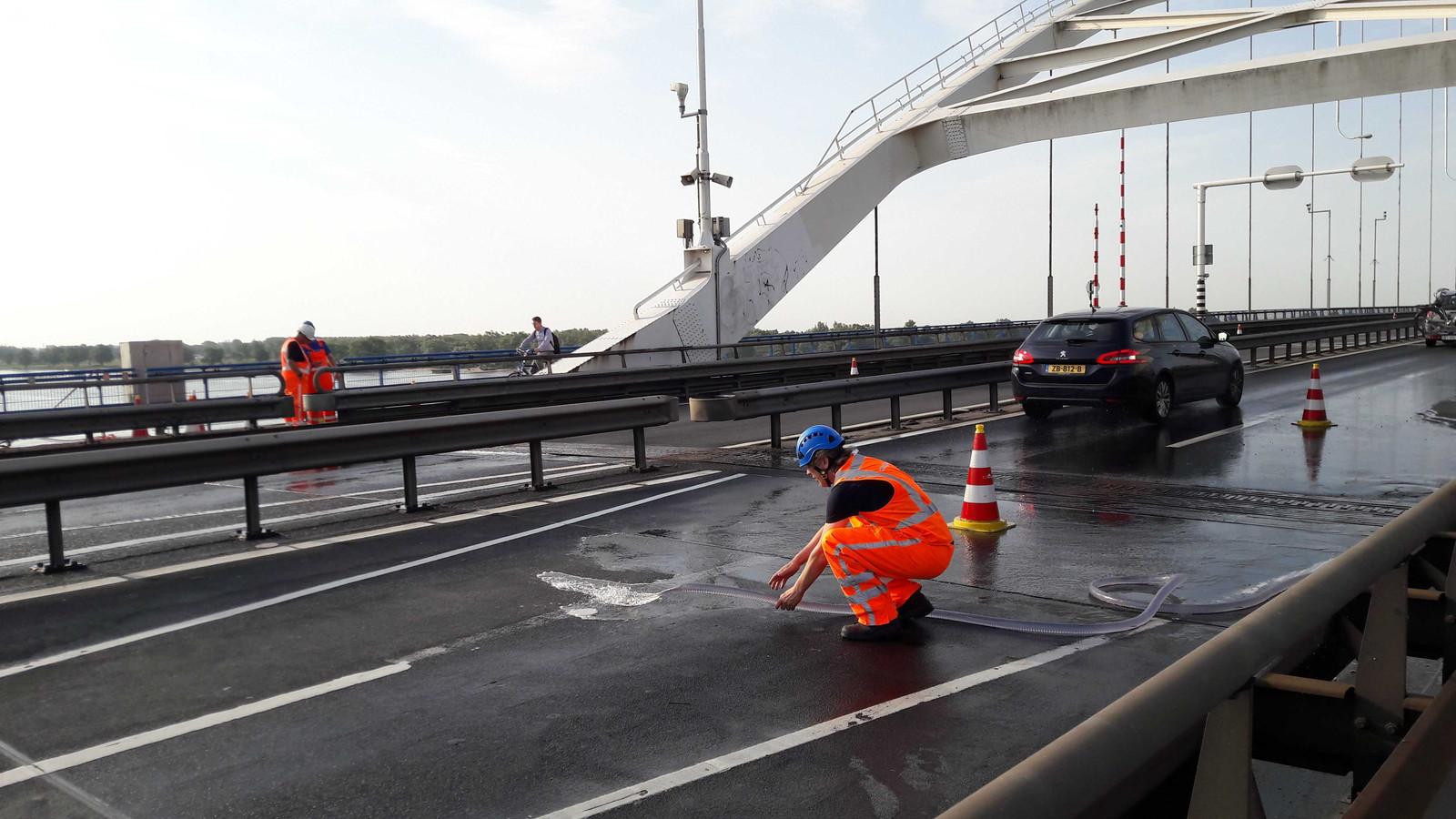 Rijkswaterstaat koelt de Merwedebrug vanwege de hitte. Ook vorig jaar moest deze maatregel worden genomen.