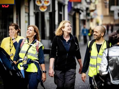 Burgemeester Krikke finisht samen met wandelaars Nacht van de Vluchteling