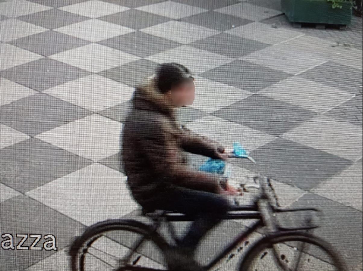 De politie maakt jacht op deze man die ervan wordt verdacht een molotovcocktail tegen de gevel van het bureau Eindhoven te hebben gegooid.