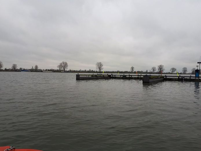 De haven van Alphen waar de boot zonder opvarende vanmiddag binnen kwam drijven.