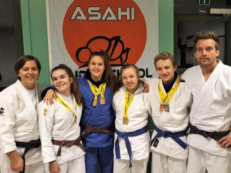 Judoschool Asahi haalt vier op vier op het VK Judo. We zien Annelies Vanden Brande, Lunna Verfaille, Jutta Vanbrabant, Summer Giraldo, Tibo De Zutter en Hans Vanden Brande.