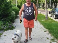 Bert van der Graaf uit Emmeloord helpt varkentje Sjef met pijn in het hart aan nieuw thuis