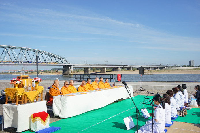 De ceremonie van boeddhistische monniken, vorig jaar op de  Waalkade.