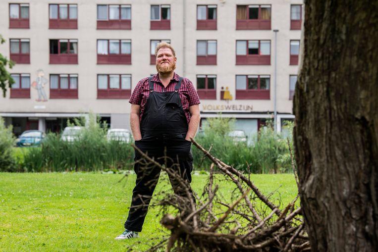 """Dominique Van Malder in de Boonwijk, waar zijn oma ooit in één van de woonblokken woonde. """"Hier een programma maken is emotioneel"""", zegt hij."""