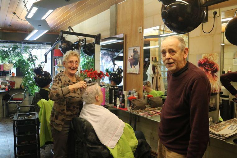 Jacques (rechts) heeft zestig jaar kapperservaring achter te rug. Samen met Francine (links) houdt hij al veertig jaar een kapsalon open in de Aaigemstraat in Gent.