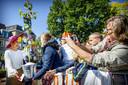 Koningin Maxima ontvangt een cadeau bij het gemeentehuis van Neder-Betuwe tijdens het streekbezoek aan de Betuwe.
