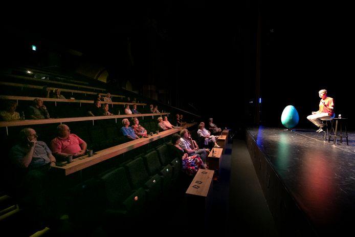 Beperkte bezetting van de zaal blijft voorlopig gehandhaafd in theater Speelhuis, zoals hier bij Wim Daniëls.