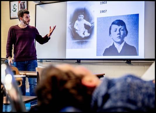 Niels-Jan tijdens een geschiedenisles.