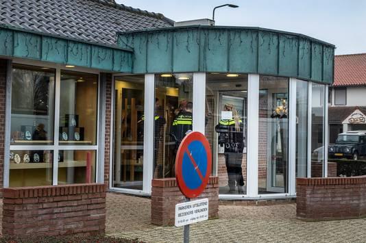 Bij Juwelier/ Optiek van der Linden aan de Pastoor Jacobsstraat 34 in St. Hubert is afgelopen nacht een plofkraak geweest. Een explosief heeft een van vitrines eruit geblazen. Hoeveel de buit is, is nog onbekend.