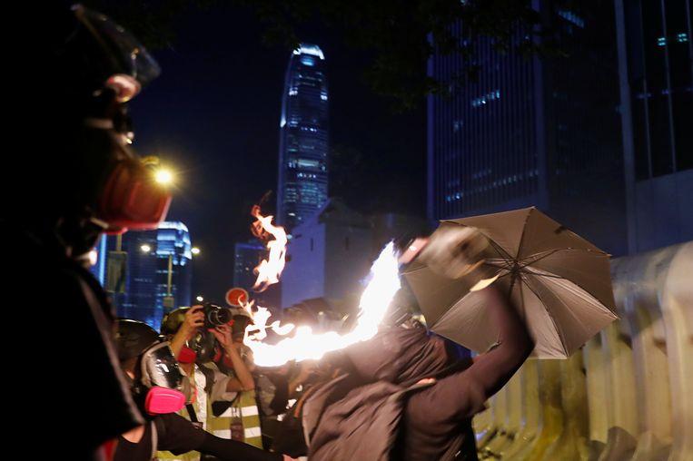 De betogers gooien met brandbommen.