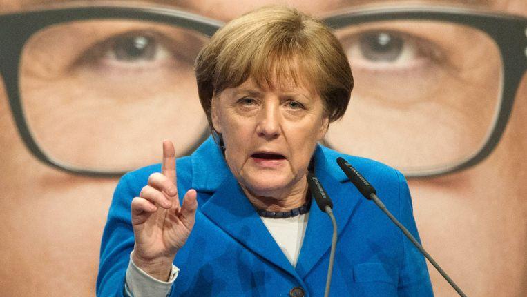 Bondskanselier Angela Merkel op campagne in Stuttgart, voor een verkiezingsposter van de CDU met de regionale lijsttrekker Guido Wolf. Beeld AP