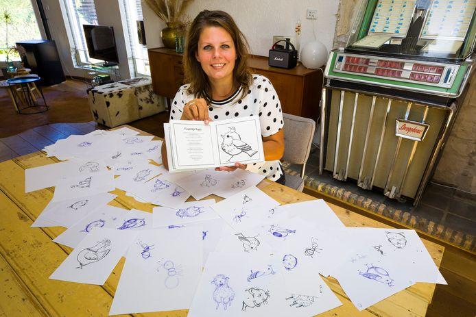 Maartje Sol met haar kinderboek over Saartje Mol.