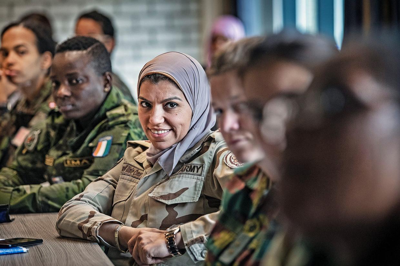 Vrouwelijke militairen uit de hele wereld leren hoe met stress om te gaan tijdens VN missies in gevaarlijke gebieden. Beeld Guus Dubbelman / de Volkskrant