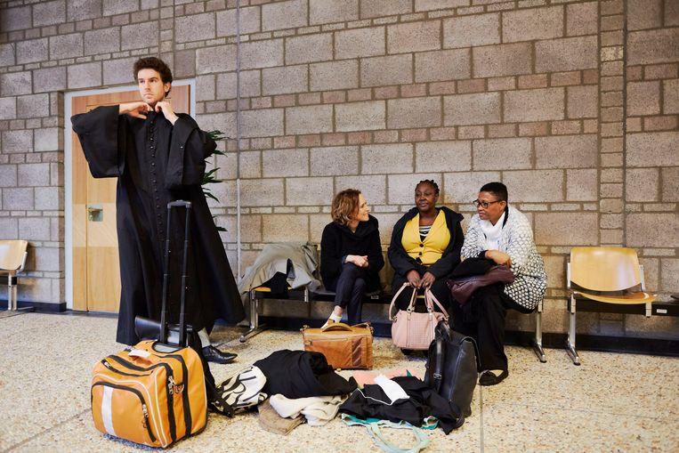 De advocaat Channa Samkalden (links) zittend naast de Ogoni weduwen Victoria Beria (midden) en Esther Kiobel (rechts) voor de behandeling van hun rechtszaak in Den Haag tegen Shell in februari van dit jaar.   Beeld Getty Images/Pierre Crom