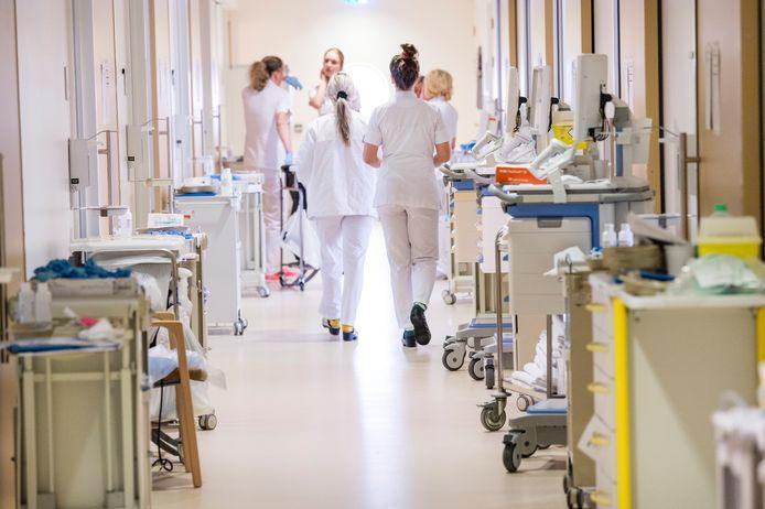 Afdeling A6, acute zorg, van het Medisch Spectrum Twente (MST) maakt zich klaar voor opvang patiënten die besmet zijn met het coronavirus.