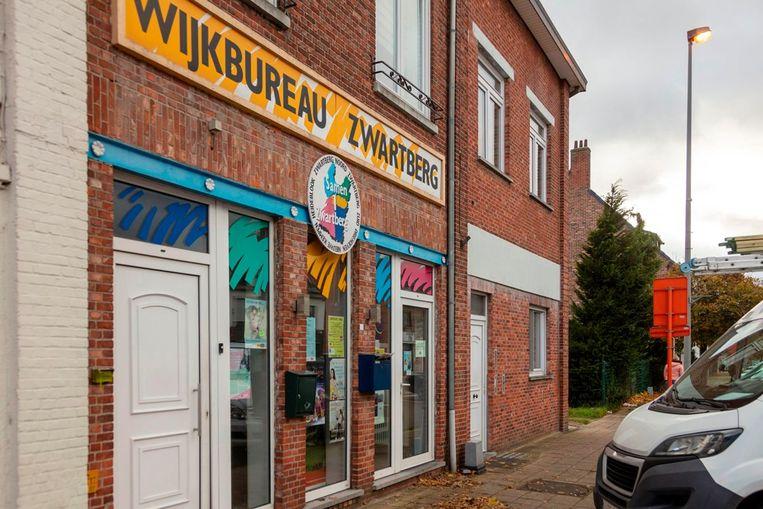 Het pand op de Zaveldriesstraat waarin ook het wijkbureau van Zwartberg gevestigd is, staat te koop.