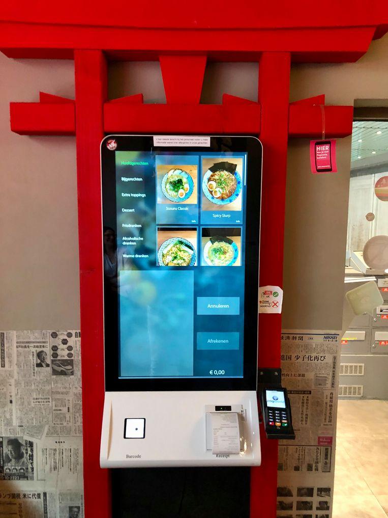 Bij het binnenkomen geef je je bestelling door via een touchscreen.