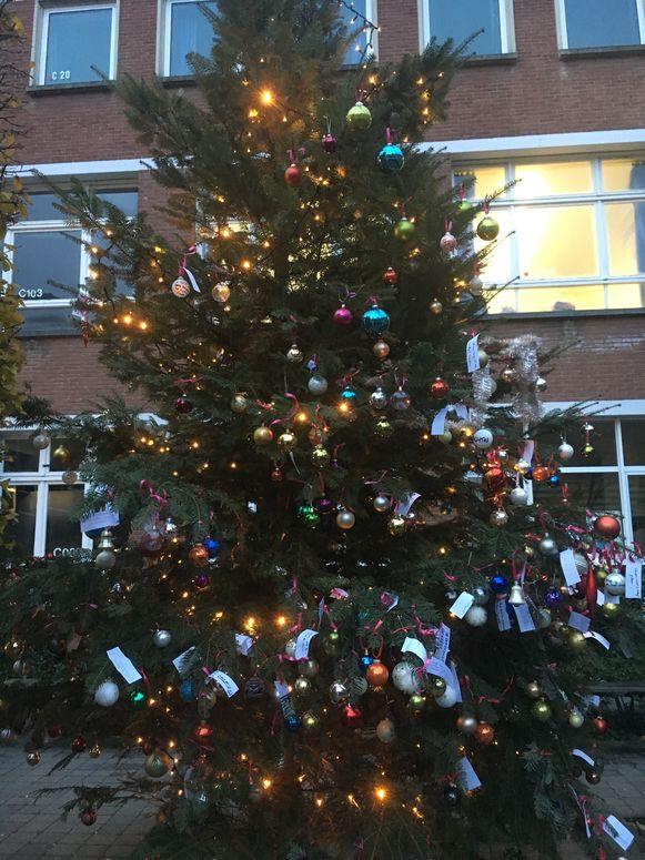 Leerlingen konden een boodschap aan een kerstbal hangen in de kerstboom.