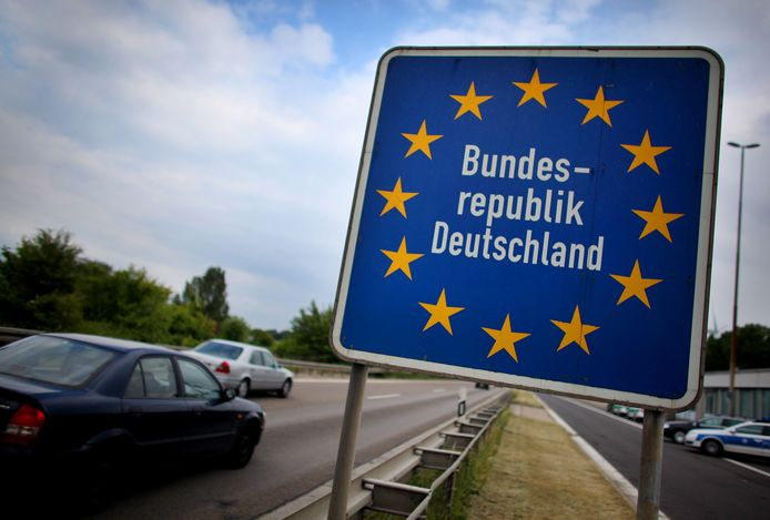 De Duitse grens. Steeds meer Nederlanders pendelen voor werk dagelijks naar Duitsland.