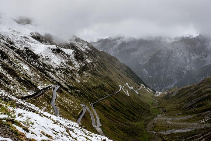 Met z'n 48 haarspeldbochten is de Stelvio een beruchte pas in de Alpen.