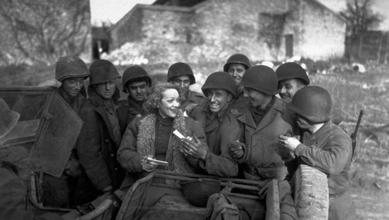 Marlene Dietrich nam voor de Amerikanen 'Lili Marleen' op en maakte er furore mee door het vlak achter de frontlinie voor de militairen te zingen. Beeld getty