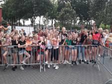 Huilende kinderen voor dicht hek op kermis Westerhaar