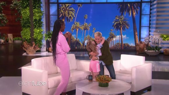 DeGeneres gaf Anae een warme knuffel én de twee kregen een sweater mee. Daar vielen ze op de luchthaven - moe maar dolblij - mee in slaap.