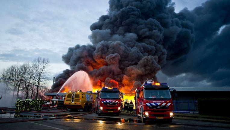 Brandweerlieden bestrijden de brand die woedt bij Chemie-Pack in Moerdijk, in januari dit jaar. Beeld ANP