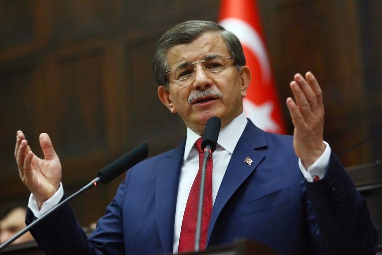 Ex-premier Ahmet Davutoglu (AKP) werd eerder door de president aan de kant geschoven, maar zou weer in beeld komen mocht Erdogan hervormingen toestaan.  Beeld AFP