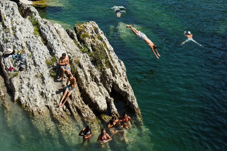 Jongeren zoeken afkoeling in de Cijevnarivier in Montenegro.
