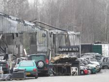 Autohandel in Veldhoven verwoest door grote brand: 'Hier kan ik niks meer doen'