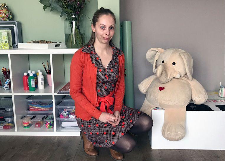 Katrien Van Gorp in haar praktijk samen met knuffelbeer Louis.