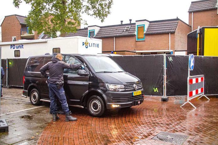 Een woning in Groningen wordt door de politie onderzocht.
