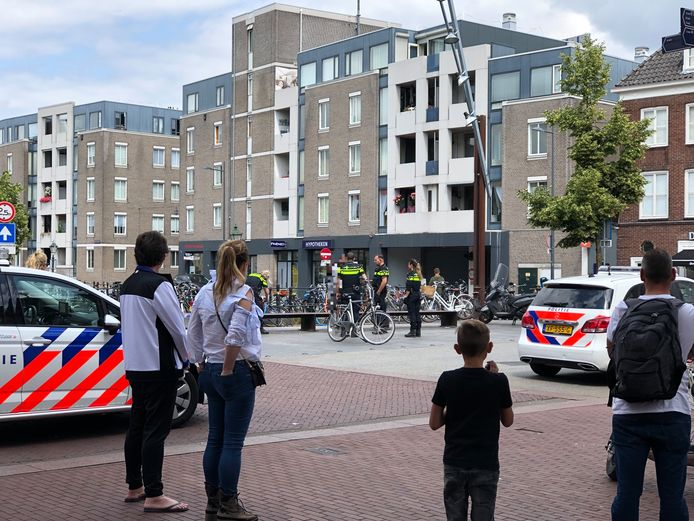 De man met mes wordt aangesproken door vier agenten in de Visstraat in Den Bosch.