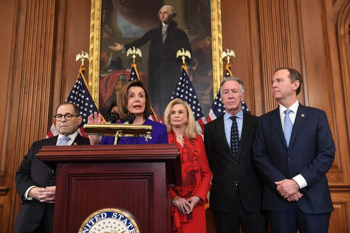 Nancy Pelosi, de voorzitter van het Huis van Afgevaardigden. Donald Trump moet worden aangeklaagd omdat hij zijn macht heeft misbruikt en het onderzoek van het parlement naar de Oekraïne-affaire heeft gedwarsboomd, zo hebben de Democraten twee aanklachten tegen de president geformuleerd.