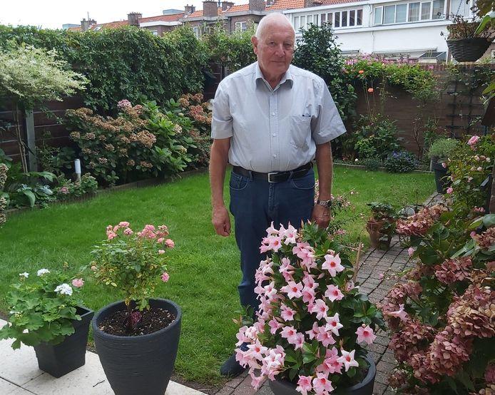 Jan de Jong in zijn tuin.