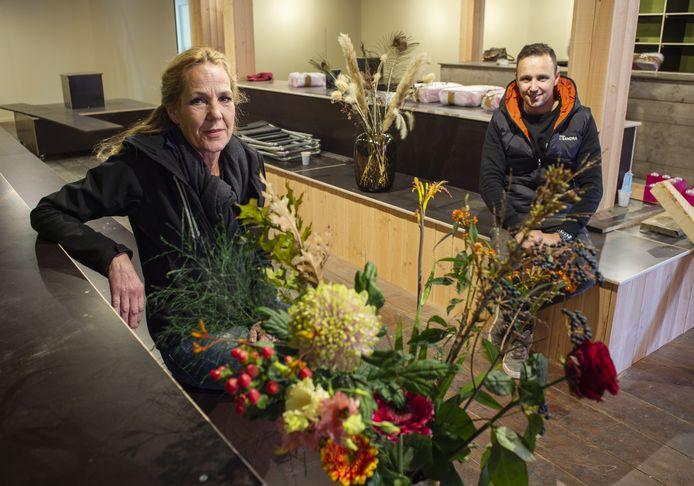Jos Kuipers (rechts) opent met zijn moeder Sandra een derde filiaal van de bloemenzaak Bloemen bij Sandra. Na Delden en Oldenzaal nu in woonplaats Enter.