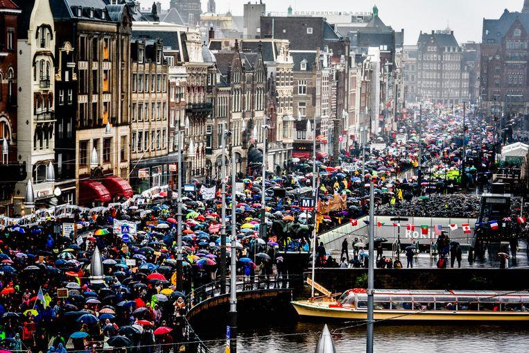 De grote stoet mensen die tezamen is gekomen in Amsterdam voor de klimaatmars.  Beeld Freek van den Bergh