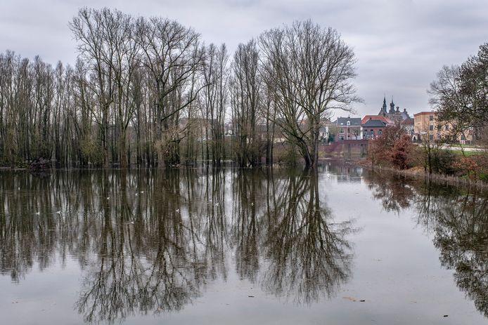 De Niers in Gennep is door het stijgende water buiten haar oevers getreden. Hier vanaf de Kleineweg richting Gennep.
