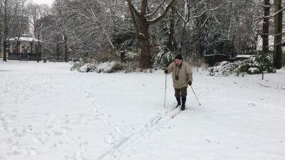 """""""Hopelijk blijft de sneeuw nog even liggen!"""": zeventiger langlauft voor zijn deur in Antwerpen"""